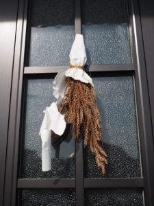 自宅の玄関扉に吊り下げられている赤崎神社(豊受大神宮 末社)の御神杉