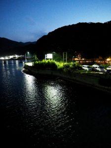 安楽島大橋(加茂川)から望む赤崎神社(豊受大神宮 末社)方向