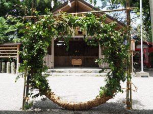 夏越大祓のために茅の輪が立てられた今社(伊勢市宮町)