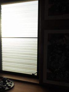 西日が差す玄関の窓