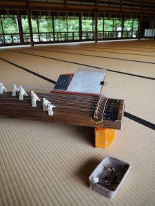 誰もいない二階の大広間にて琴の練習!(賓日館)