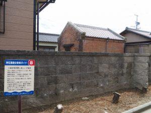 新馬瀬排水機場から望む赤レンガ塩倉(伊勢市神社港)