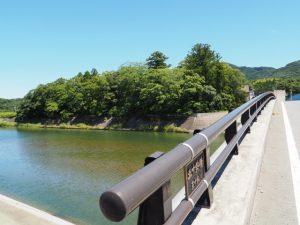 五十鈴川に架かる五十鈴橋から望む大土御祖神社(皇大神宮 摂社)の社叢