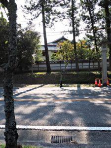 今も御幸道路(国道23号)に残されている石灯籠