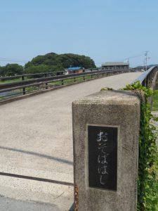 五十鈴川に架かる御側橋から望む興玉森