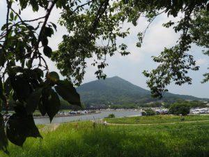 五十鈴川左岸、御側橋付近から望む鼓ヶ岳