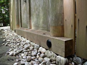 修繕された玉垣御門の柱、園相神社(皇大神宮 摂社)