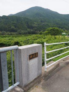 宮川へと流れる西谷川に架かる神崎橋