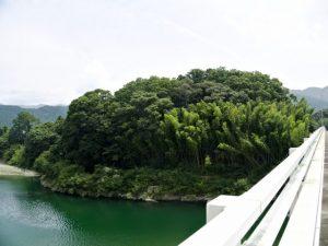 久具都比売橋から望む宮川と久具都比賣神社の社叢