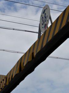 かなり変形している鉄製の高さ制限枠(八間道路)