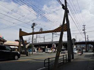 八間道路に設置されている鉄製の高さ制限枠