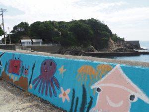 堤防壁画と鎧崎(鳥羽市国崎町)