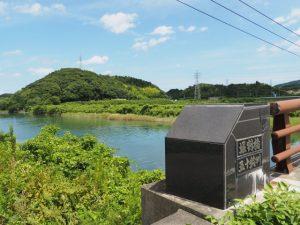 五十鈴川の架かる堀割橋から望む朝熊神社方向