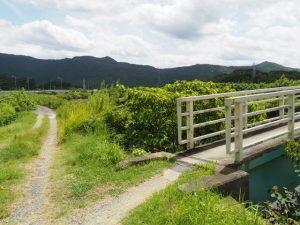 朝熊川に架かり鏡宮神社と朝熊神社をつなぐ歩道橋