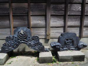 社務所前に置かれている鬼瓦、意非多神社(松阪市西黒部町)