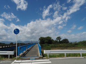 櫛田川右岸から望む松名瀬橋 側道橋(櫛田川)と松名瀬神社の社叢