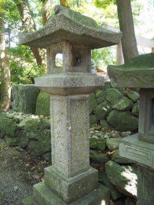 伊勢市内で最古の在銘石灯籠(日保見山八幡宮)