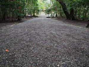 参道に残された多数の足跡、御塩殿神社(皇大神宮 所管社)