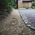 御塩焼所へと続く小道に残された多数の足跡、御塩殿神社(皇大神宮 所管社)