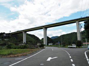 JR紀勢本線 一ノ谷踏切付近への分岐(紀勢自動車道下)