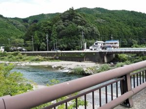 大内山川越しに並大神社方向の遠望