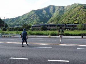 国道42号を横断してBUS STOP 梅ケ谷 三重交通へ
