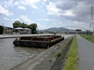 勢田川左岸に係留されていた台船(2018年09月05日時点)