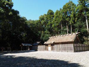 八尋殿前の斎庭、神服織機殿神社(皇大神宮 所管社)