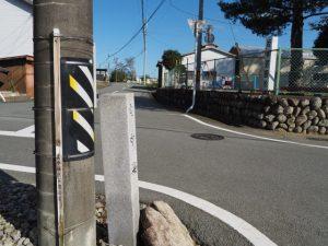 「左 中海、すぐ馬ノ上御糸道」の道標(明和町坂本)