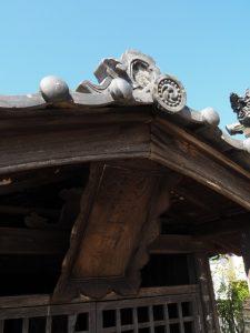等観寺の山門前にまつられているお稲荷さん(伊勢市八日市場町)