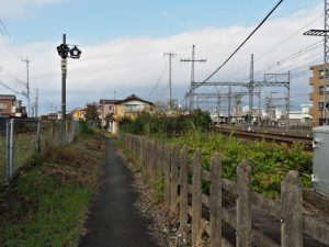 JR参宮線 新古市踏切と近鉄踏切道宮町第一号の間から続く道