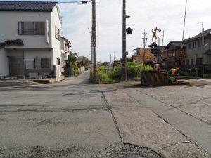 JR参宮線 宮町踏切へたどり着いた線路沿いの道