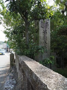祖霊社に建つ両宮御神燈石柱(伊勢市岡本)