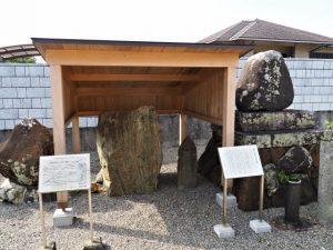 中村墓地に置かれている菩提山神宮寺の曼荼羅石と左衛門太郎六字名号碑(伊勢市中村町)