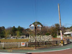 田丸勘定所跡の説明板前から望む田丸城の大手門跡