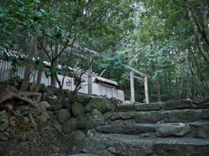 仮殿となった朝熊御前神社と仮殿御遷座を終えた朝熊神社(皇大神宮 摂社)