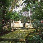 簀屋根が取り外された新殿舎と現殿舎、宇治山田神社(皇大神宮 摂社)
