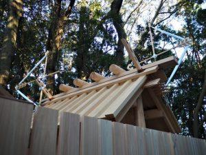 上棟祭の朝、新しい正殿の屋根に雁股矢と鏑矢、宇治山田神社(皇大神宮 摂社)