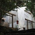 朝熊御前神社と簀屋根が掛けられた朝熊神社(ともに皇大神宮 摂社)