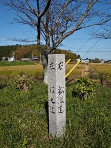 「左 はせ道、右 松阪道」の道標(度会郡玉城町岡村)