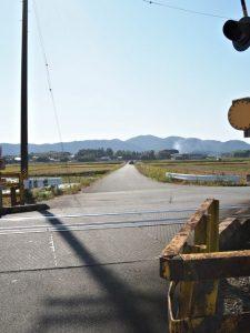 JR参宮線 前川踏切から望む蚊野神社(皇大神宮 摂社)方向