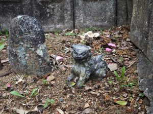 山神と小さな瓦製の狛犬(度会郡玉城町蚊野)