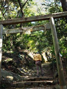 伊射波神社の海から階段上の鳥居(鳥羽市安楽島町)