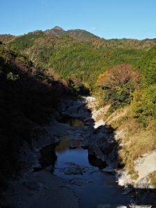 赤池橋(櫛田川)から望む局ケ岳山頂
