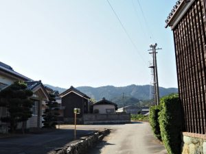 常夜燈付近から鴨神社参道入口へ(度会郡玉城町山神)