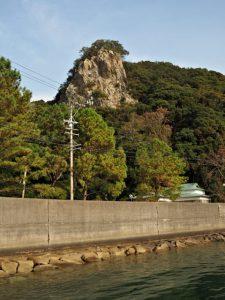 生浦湾(おおのうらわん)の海上から眺めた浦神社(鳥羽市浦村町)
