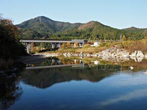櫛田川の沈下橋(松阪市御麻生薗町・多気郡多気町牧)から望む伊勢自動車道