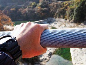 櫛田川に架かる吊橋、茶倉橋に使われている太いワイヤー