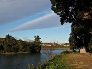 朝熊神社(皇大神宮 摂社)付近から望む朝熊川対岸の鏡宮神社(同末社)