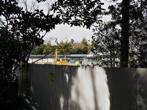 茜社の仮設参道から眺めた工事中のせんぐう館(伊勢市豊川町)